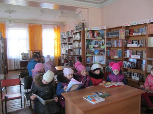 Учащиеся 1-х классов посетили Петровскую сельскую библиотеку.