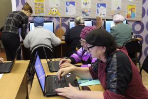 Пенсионеры за компьютером. Обучение продолжается.